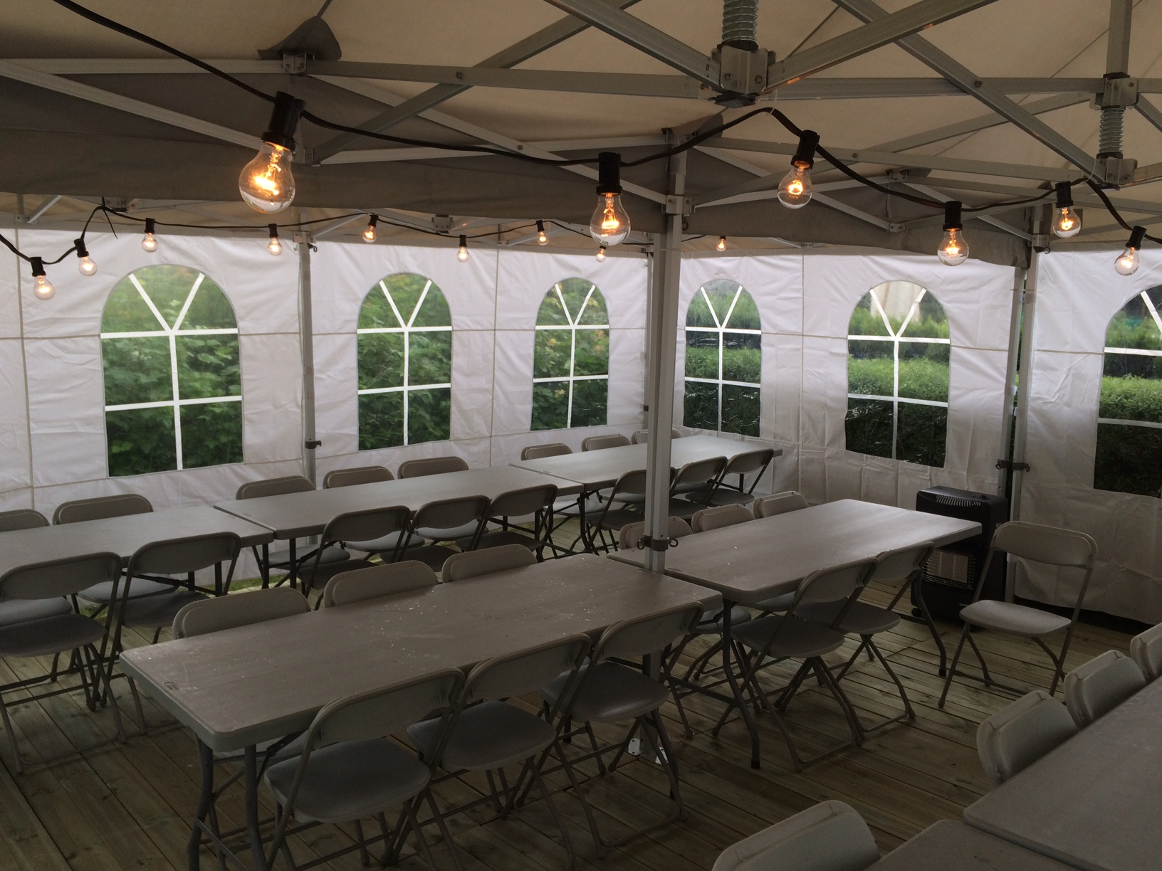 6x6 meter telt med gulv, lyslenke, gassvarmer, bord og stoler vist